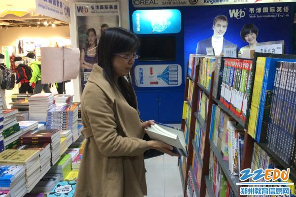 """www.xf187.com图书志愿者为学校""""美美的读书生活""""增姿添彩"""